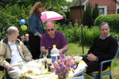 Sture, Mari,  Jonas og Jack, i Stures kolonihave, 21.05.2009