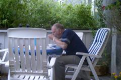 Svend gufler på terrasse, formentlig kernemælkskoldskål. 06.2002