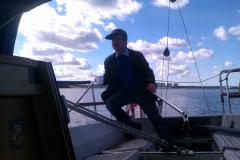 Ved roret i Leifs båd i Kolding Fjord, Jack, 26.09.2013