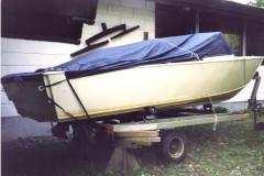 Båd og trailer ved sommerhus på Bogø